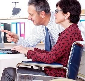 Femme en fauteuil roulant aidée